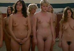 Una modella di bikini fa sesso video hard di donne mature con un fotografo.