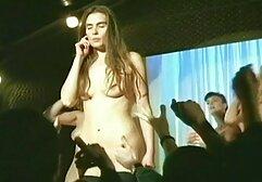 Un giovane che mangia video amatoriali mature una donna con grandi seni.